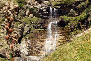 La senda pirenaica desciende a Fuen blanca, Ordesa, Pirineos