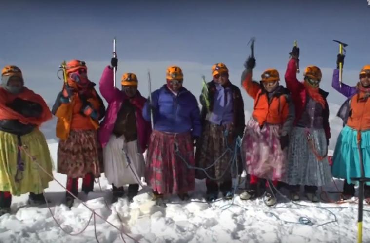 Las cholitas bolivianas que escalan montañas