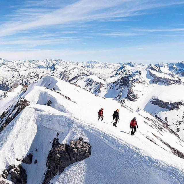 En la cima del Bisaurin || by @chechupajares @eduardoezequielunartic (Instagram) #travesiapirenaica #Pirineos #Pyrénées #Pyrenees