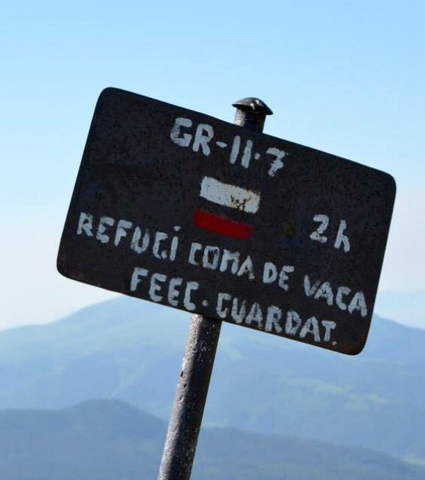 Travesia-pirenaica-cartel-gr11-refugio-by-@evitajuliette