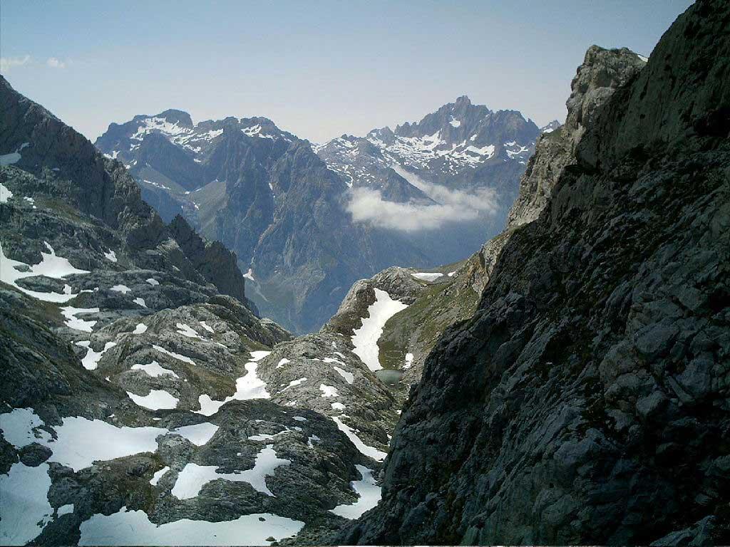 Foto (cc): JConnolly74 (wikimedia commons) / Picos de Europa. Torre Bermeja y Peña Santa desde el camino a Collado Jermoso