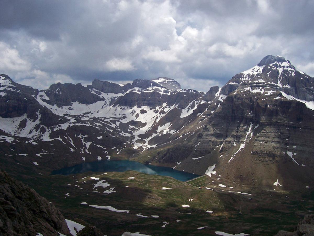 Ibón y Circo de Ip desde el collado que hay entre la Pala de Ip y los Picos de la Tronquera. / Foto: Kunzuilh (Wikimedia Commons)
