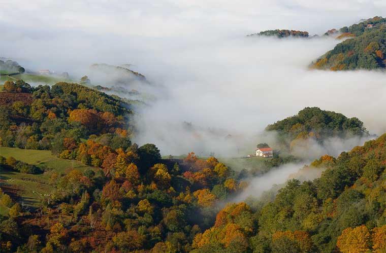 Las 15 localidades del Valle de Baztán ofrecen un atractivo encanto. Baztán rodeado por la niebla / Foto (cc): iloiola (Flickr)