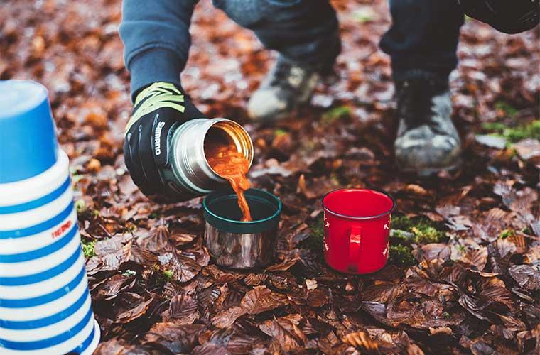 La importancia de las bebidas calientes y alimentos para pasar una noche en ambientes gélidos.