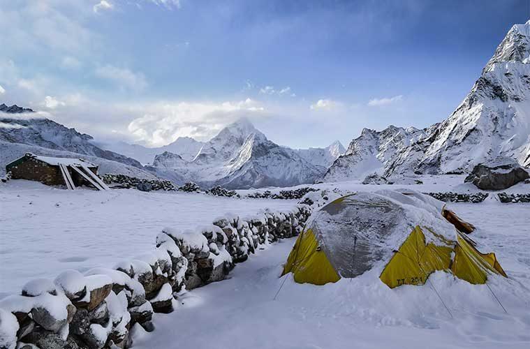 Cómo acampar en la nieve: consejos para sobrevivir a una noche de frío