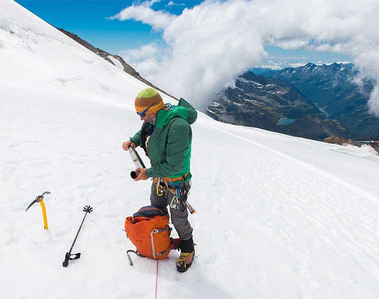 Elementos de seguridad en alpinismo como el piolet y los crampones / Foto: Asoggetti