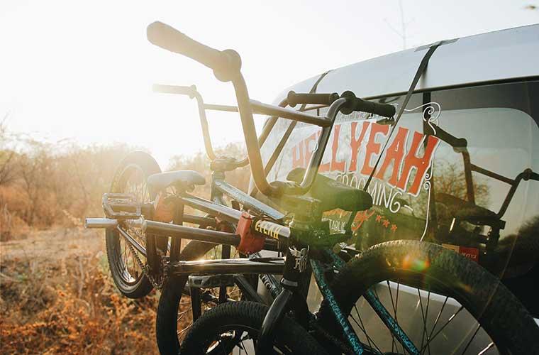 Cómo llevar la bicicleta en el coche / Foto: Andhika Soreng