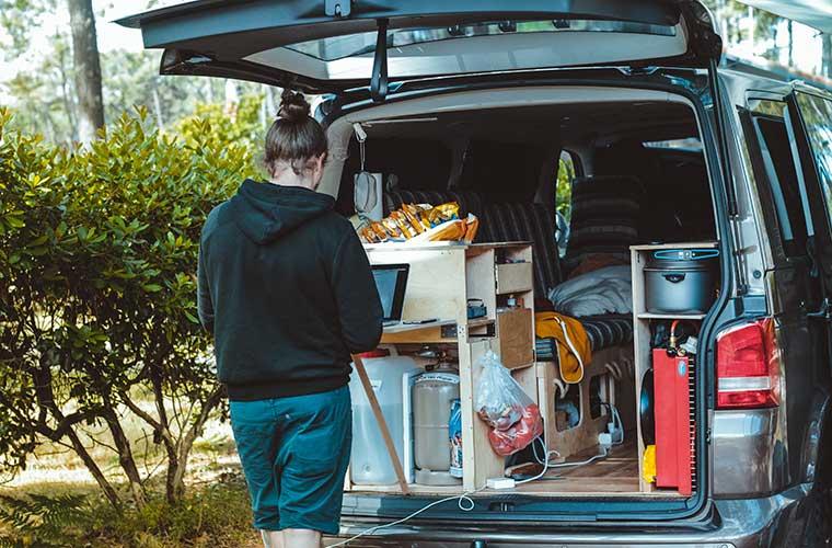 """Cómo convertir una furgoneta en """"camper"""" / Foto: Brina Blum"""