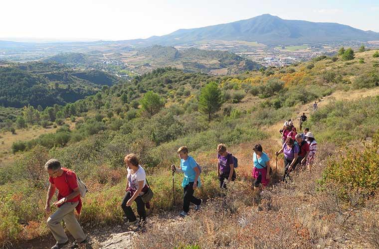 Excursionistas en la Ruta del Zumaque, Estella-Lizarra. Ruta de Turismo Slow creada de manera participativa en Navarra / Foto: Uxua Domblás