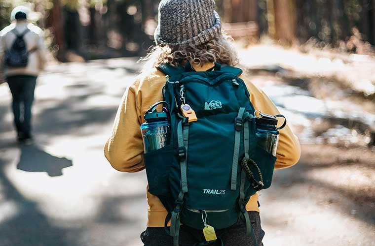 Mochilas con bolsillos de fácil acceso en el exterior / Foto: Tyler Nix