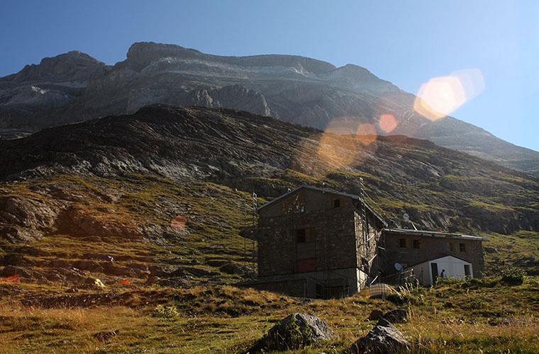 Refugio de Góriz con el macizo del Monte Perdido detrás / Foto: Travesía Pirenaica