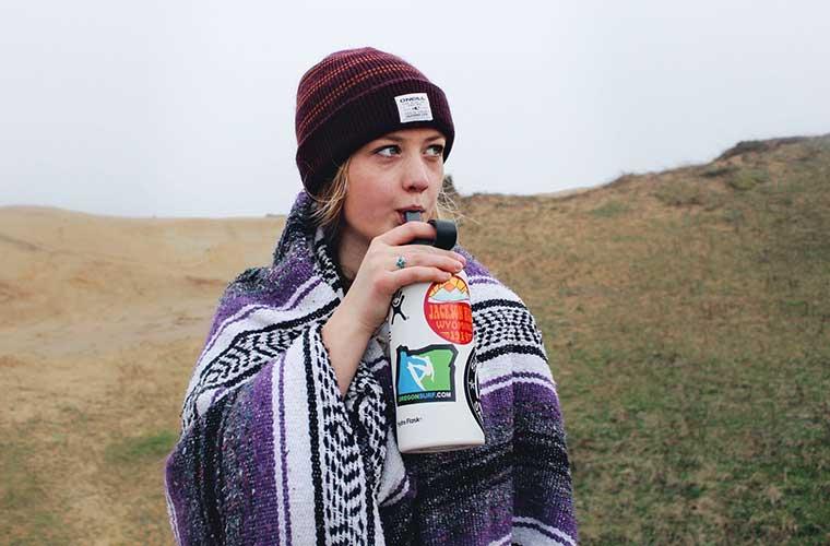 Cómo limpiar tu botella de agua o bolsa de hidratación / Foto: Autri Taheri