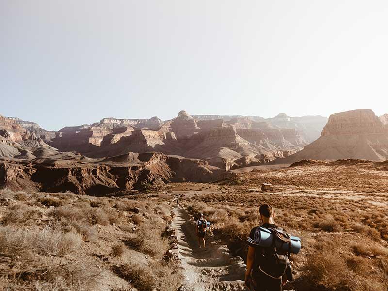 Qué llevar en la mochila para hacer trekking en climas cálidos / Foto: Christopher Burns