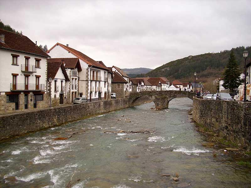Puente medieval en Ochagavía / Foto: Javier Martinlo (CC-BY-SA-30)