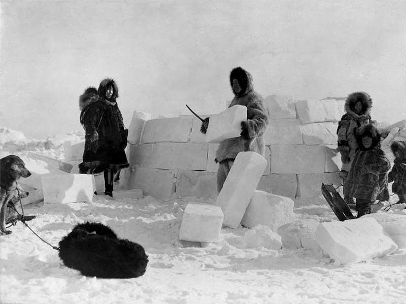 Foto de archivo de la construcción de un Iglú Inuit / Foto: Frank E