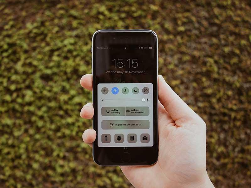 Utilizar el móvil en emergencias / Foto: Samson Vowles