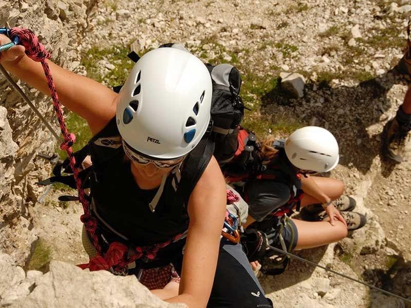 Cascos de escalada / Foto: Walther Luecker (unsplash)
