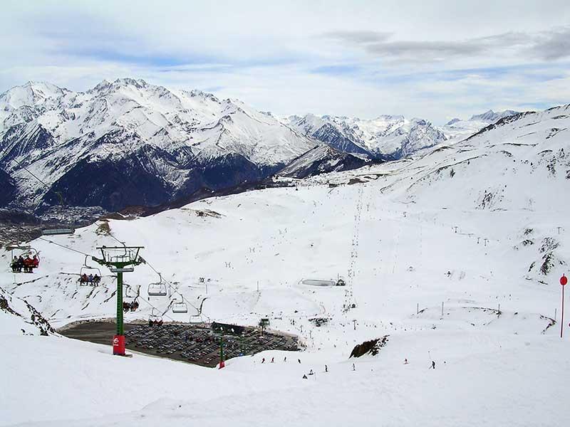 Vista de la estación de esquí de Formigal desde la pista del Collado/ Foto: Willtron (GNU) vía Wikimedia Commons
