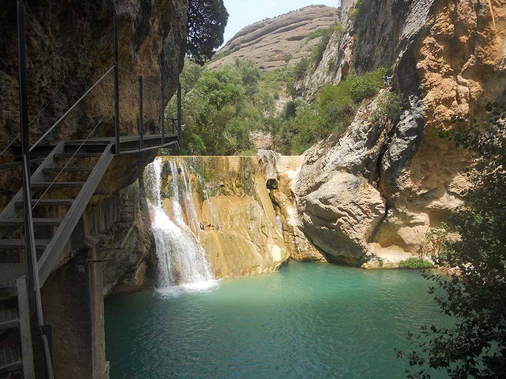 Salto de Agua en las pasarelas del Río Vero en Alquezar / Foto: McBodes [CC-BY-3.0]