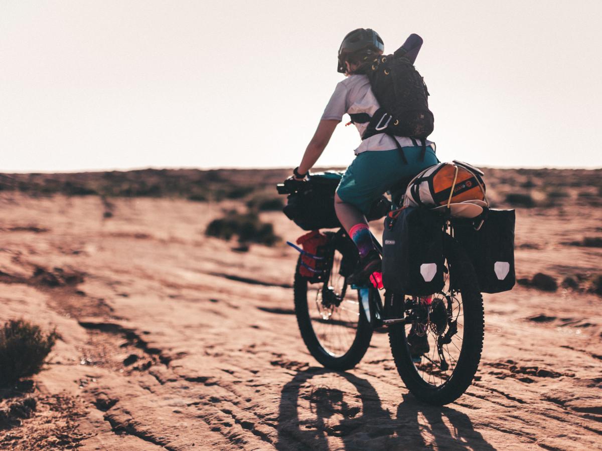 Bikepacking en el desierto / Foto: Patrick Hendry (unsplash)