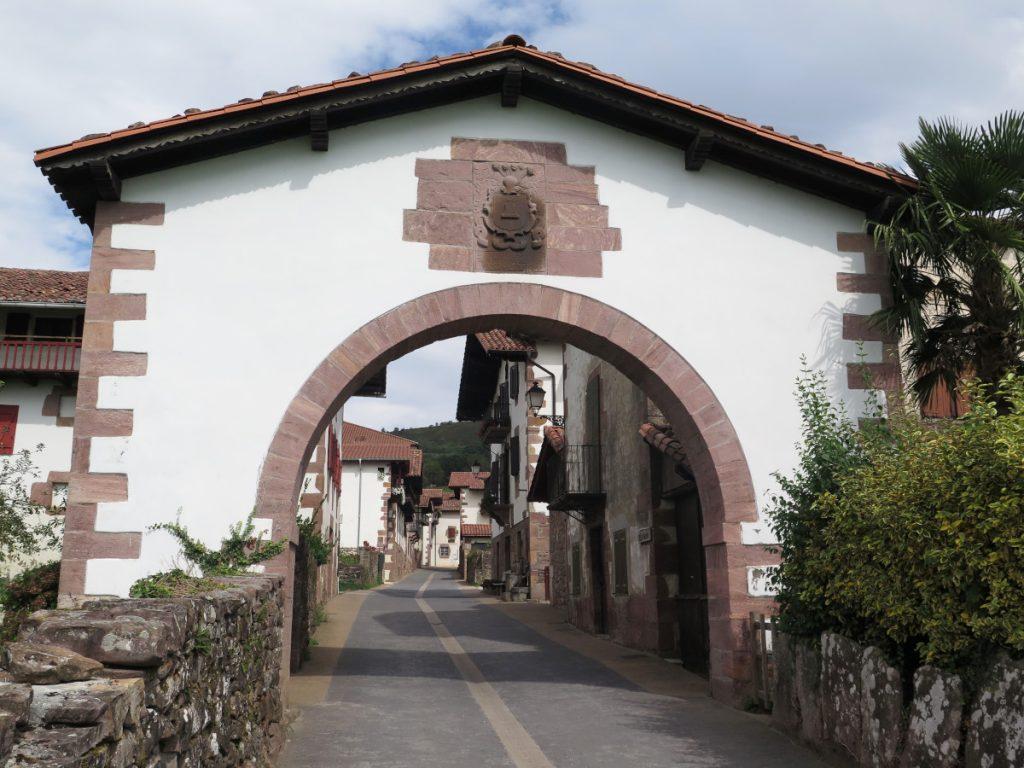 Puerta de entrada al pueblo de Amaiur / Foto: Eduardo Azcona