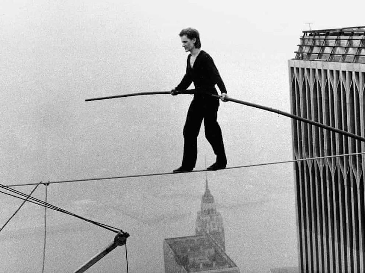 Philippe Petit cruzando las Torres Gemelas sobre un cable. Foto Archivo