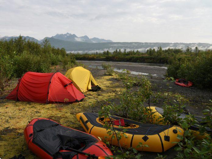 Campamento de packrafting en Alaska. Foto: Paxson Woelber (unsplash)