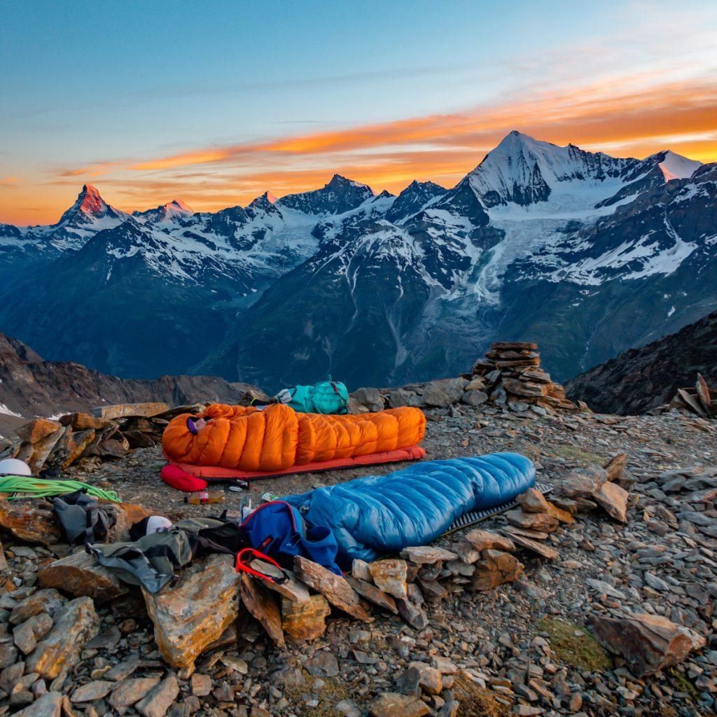 Vivac en mitad de una escalada alpina. Foto: Sylvain Mauroux (unsplash)