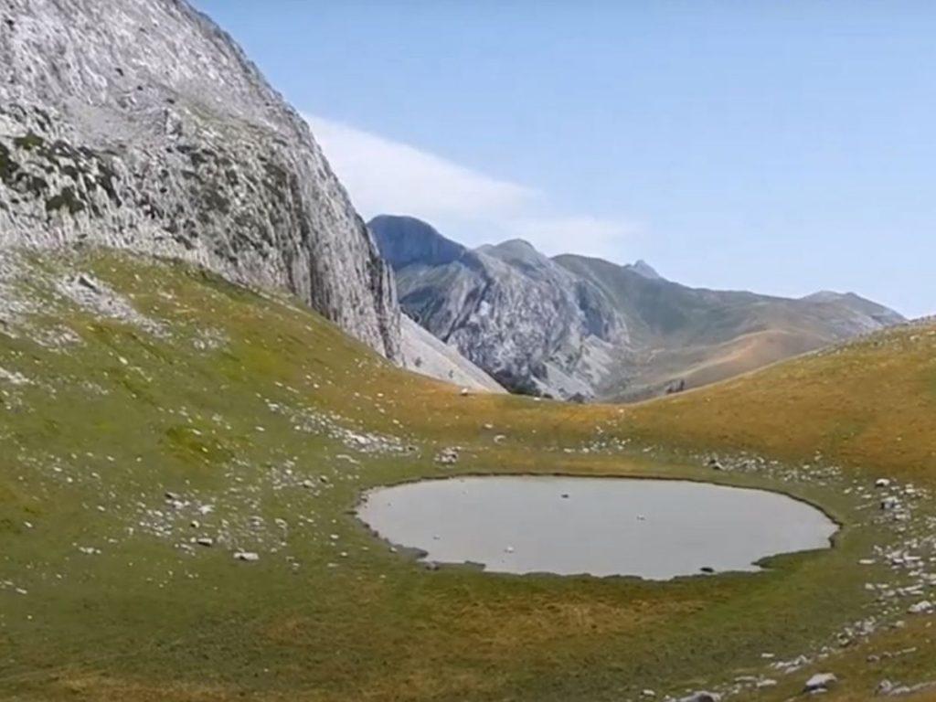 Ibón de Ezkaurre, a la base del Pico del mismo nombre.