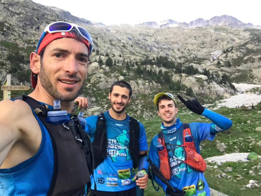 Xabi, Albert y Sergi durante su reto de enlazar las 3 cimas más importantes del Valle de Benasque: Aneto, Perdiguero y Posets en menos de 24 horas