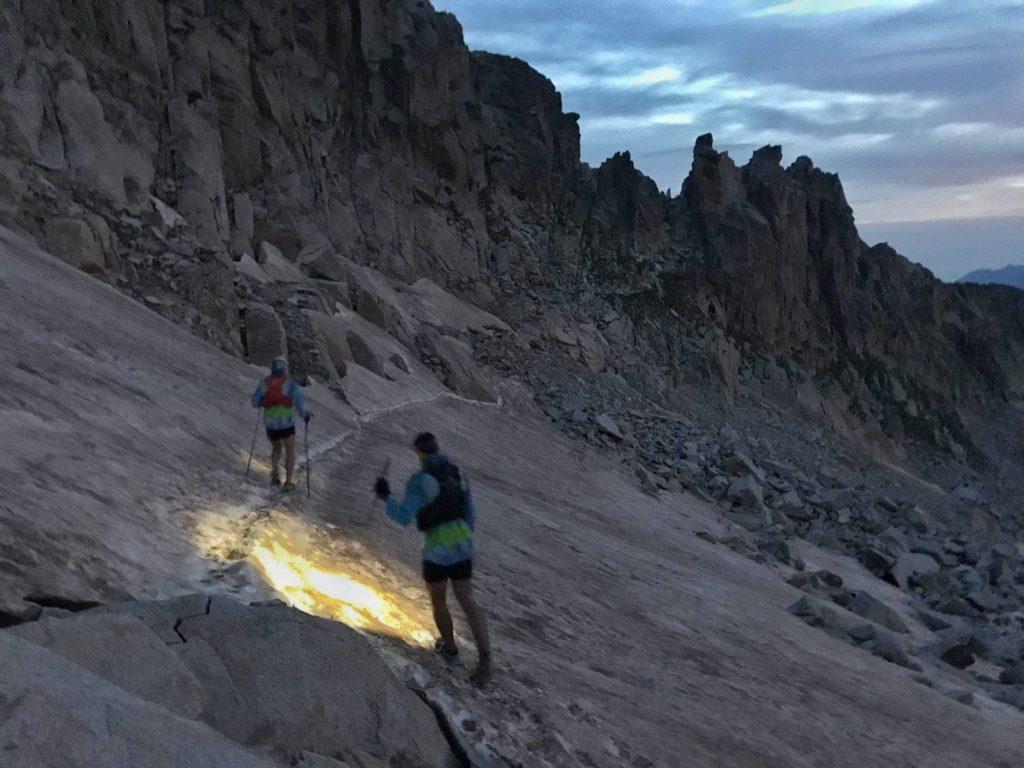 """Bajando del Aneto en dirección al Portillón Superior, con las primeras luces del día, """"en ese momento llevábamos unas 6h, 22 km y +2.300 m""""."""
