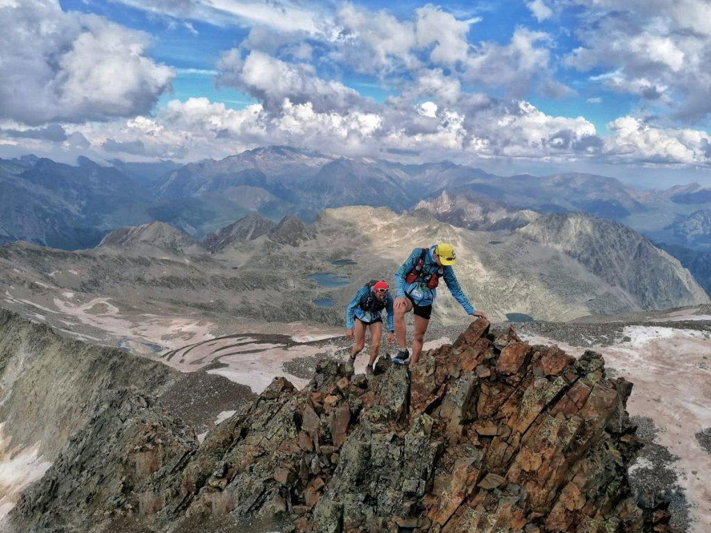 """Cresta al Posets. Llegando a la cima y por lo tanto, consiguiendo encadenar las 3 cimas más emblemáticas del valle de Benasque. """"Ya llevábamos más de 60 km y 5.700 m+, pero cada vez veíamos más cerca el final y el objetivo"""". Foto cedida."""