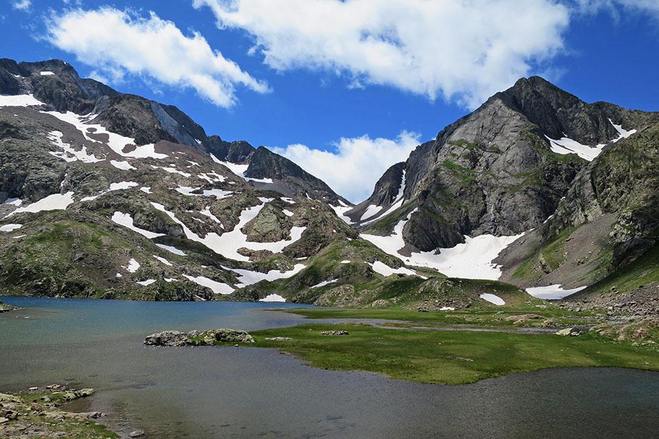 Cuello del Infierno desde los Ibone Azules. A la izquierda del collado los Picos del Infierno a la derecha el Pico de Piedrafita. Foto: Enrique López.