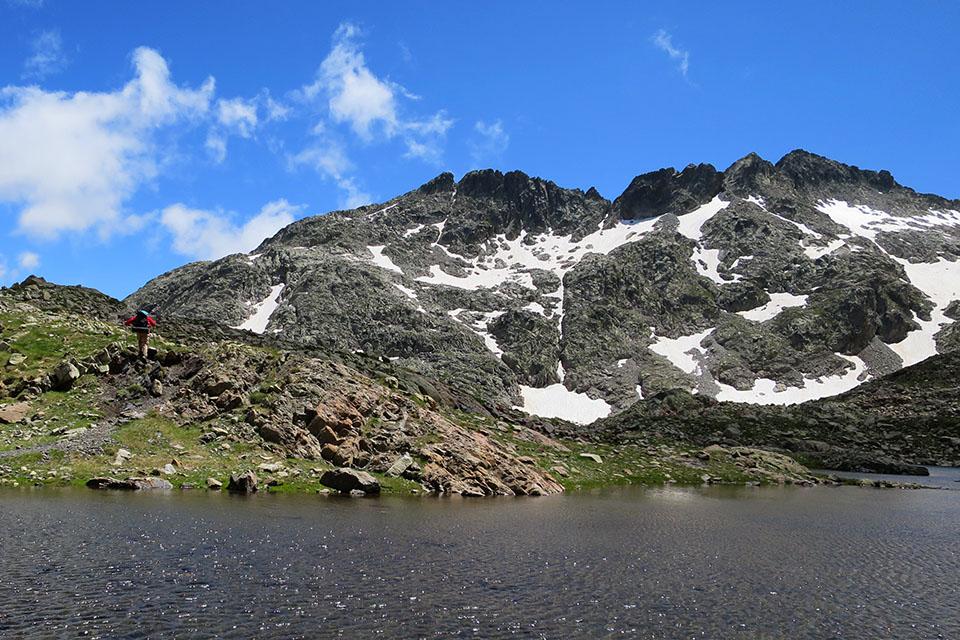 Ibón Azul Superior. Detrás los Picos de Bachimaña. Foto: Enrique López.