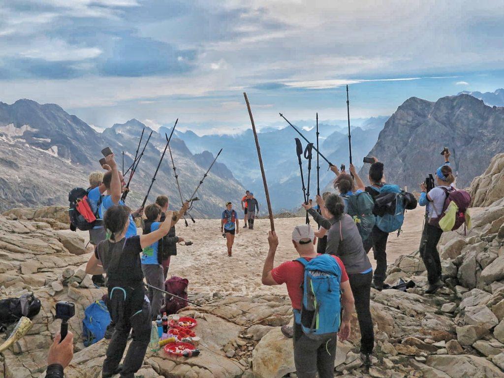 """Portal de Remune.""""Nos esperaban los montañeros de Sangüesa para animarnos y darnos el apoyo y energía necesaria para acabar de subir al Perdiguero. Llevábamos unos momentos de bajón, y ese momento nos animó para continuar adelante."""" Foto Cedida"""