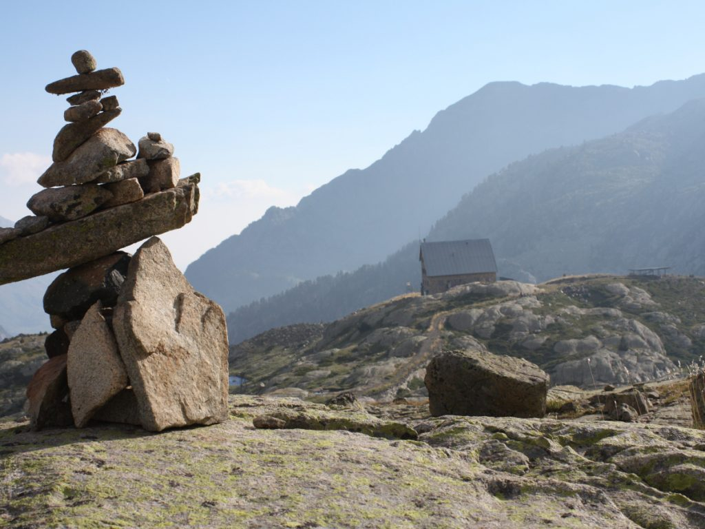 Vista del Refugio de los Ibones de Bachimana siguiendo el GR-11 direccion Ibones Azules. Foto: Eduardo Azcona.